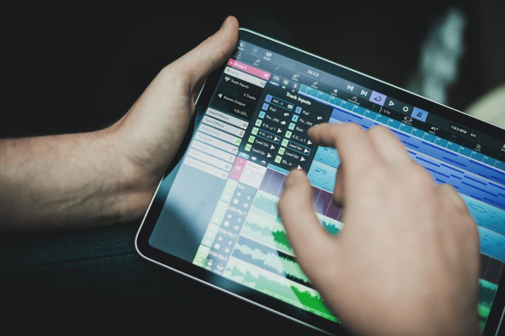 Manos usando Cubasis 3 en iPad Pro