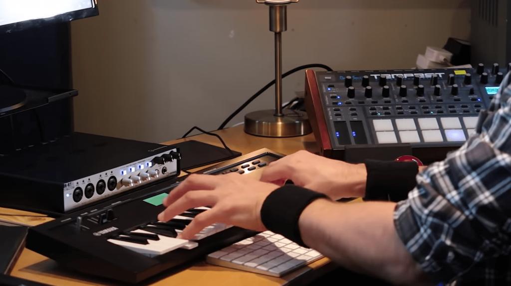 Músico grabando teclado en Cubase