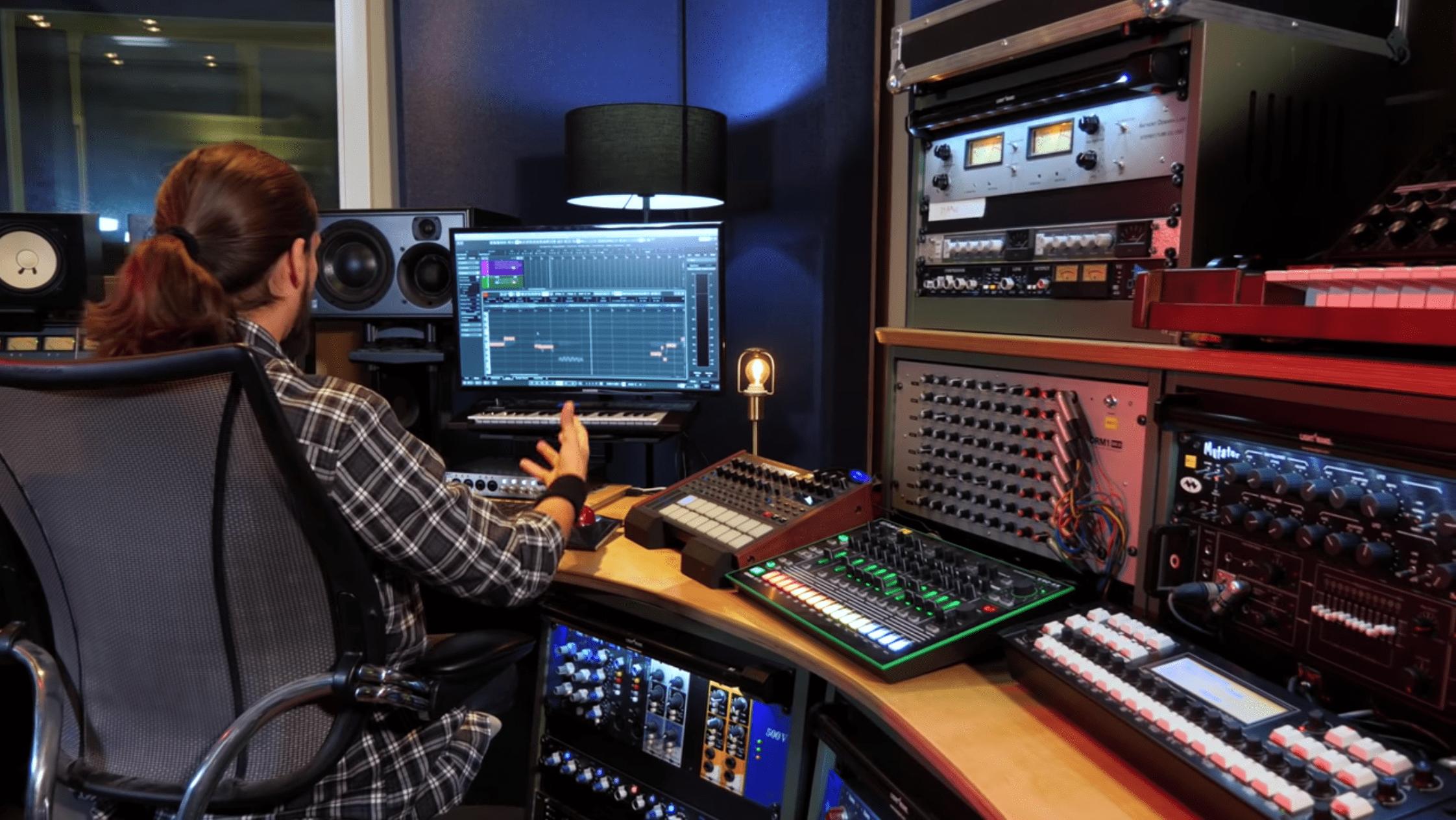 Productor usando Cubase Pro 10 en estudio de sonido